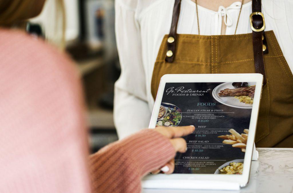 תפריטים כמו טבלטים במסעדות דורשים חיטוי יסודי